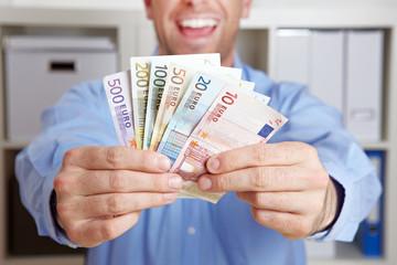 Hände halten Geldfächer
