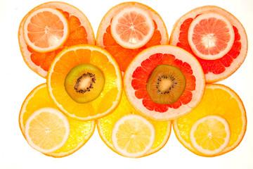 Tuinposter Plakjes fruit Bunter Hintergrund aus verschiedenen Fruchtscheiben