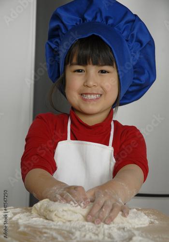 Peque a ni a preparando y cocinando masa gorro de chef - Nina cocinando ...