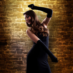 tanzende brünette Frau im Abendkleid