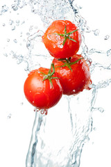 Photo sur Aluminium Eclaboussures d eau Three Fresh red Tomatoes in splash of water Isolated on white ba