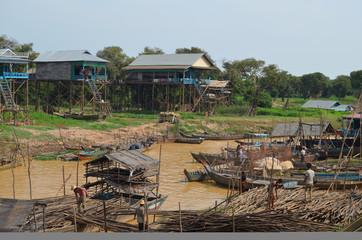 Vista de la aldea flotante de Kompong Pluk en el lago de Tonle S