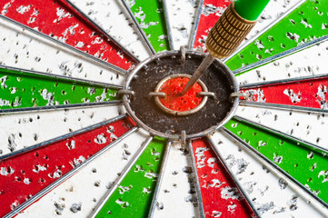 Hit arrow red & green bullseye dart board target game