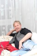 Älterer Mann relaxt auf dem Sofa