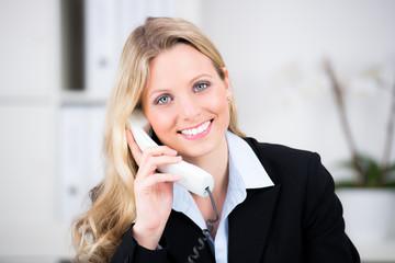 fröhliche geschäftsfrau am telefon