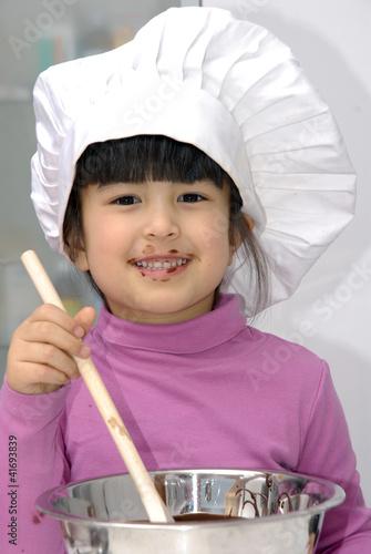 Ni a cocinando crema de chocolate para torta fotos de - Nina cocinando ...