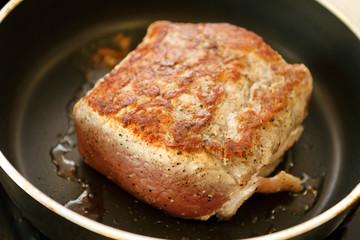 Meat frayed on fraying pan