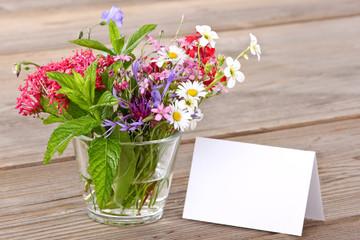 Leere Karte, bunter Blumenstrauß
