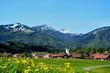 Dorf in Frühlingslandschaft im Gebirge