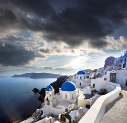 Foto op Plexiglas Santorini Santorini with dramatic sunset over Oia village, Greece