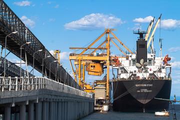 Nave da  commercio ancorata nel porto di Vado Ligure