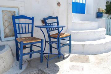 Dos sillas en una calle de Pyrgos. Santorini. Grecia..