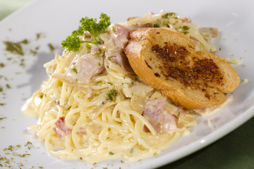 pasta white sauce, white sauce pasta carbonara with bread