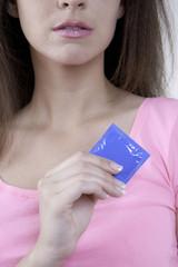 Junge Frau mit blauem Kondom