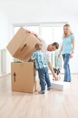 Familie stapelt Kartons