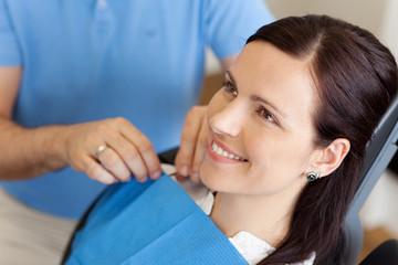 entspannte patientin beim zahnarzt