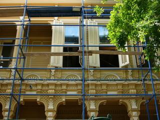 Baugerüst für Renovierungsarbeiten an einem alten Holzhaus auf der Prinzeninsel Büyükada