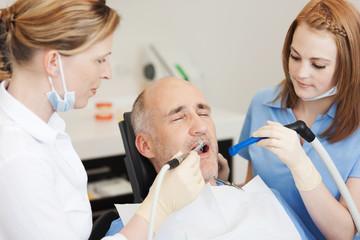 patient bekommt eine füllung beim zahnarzt