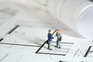 Architekt and Grundstücksbesitzer schütteln Hände.