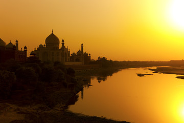 Deurstickers India Taj Mahal with the Yamuna River at sunset, India.