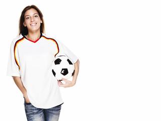 glückliche junge frau mit fußball trägt trikot