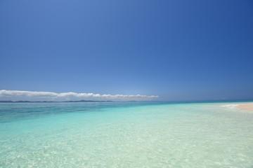 コバルトブルーの透き通った海と夏の空
