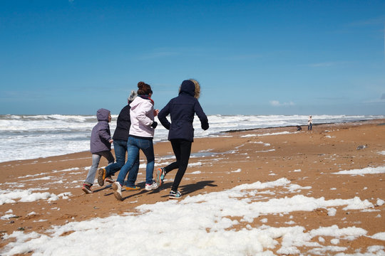 Famille courant sur la plage
