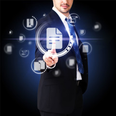 Mann drückt auf Dokument-Button