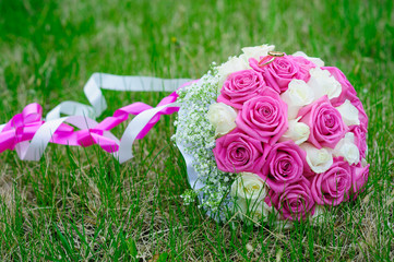 flowers roses wedding bouquet rings grass lawn