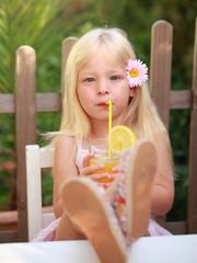 Mädchen trinkt Limonade