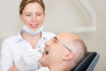 zahnärztin behandelt einen mann