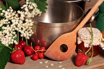 Kochtopf mit Obst und Marmelade