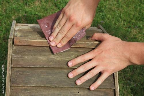 poncer bois papier de verre menuiserie mains photo libre de droits sur la banque d 39 images. Black Bedroom Furniture Sets. Home Design Ideas