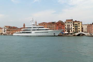 Personenschiff in Venedig