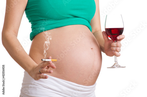 bauch einer schwangeren beim rauchen und trinken. Black Bedroom Furniture Sets. Home Design Ideas