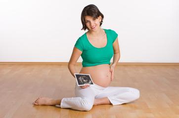 Schwangere mit Ultraschallbild