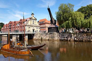 Stintmarkt mit alter Kran in Lüneburg, Deutschland