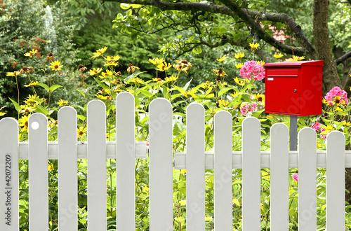 briefkasten in rot am zaun stockfotos und lizenzfreie bilder auf bild 42072209. Black Bedroom Furniture Sets. Home Design Ideas
