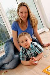 Mama und Sohn beim Spielen