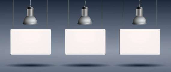Werbetafeln hängend mit Lichtspot
