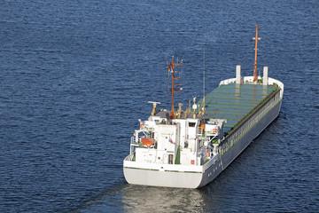 Frachtschiff auf dem Nord-Ostsee-Kanal bei Kiel, Deutschland