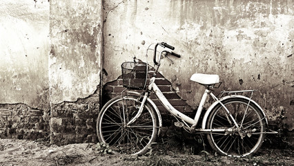 Photo sur Aluminium Old bicycle and craked wall