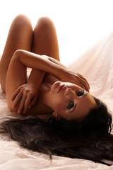 Frau liegt nackt auf dem Rücken