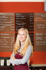 lächelnde verkäuferin im café