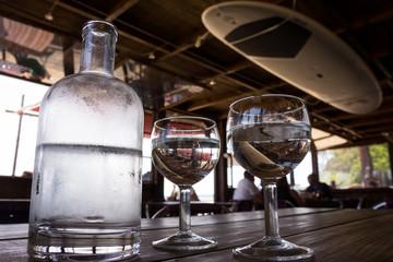 carafe d'eau et verres