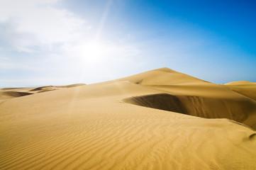 Zelfklevend Fotobehang Zandwoestijn Gold desert into the sunny day.
