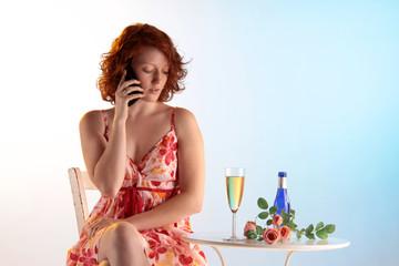 Frau verabredet sich am Telefon