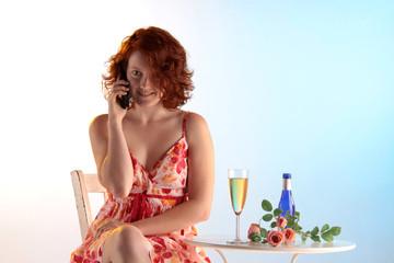 Frau telefoniert mit Freude