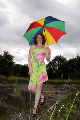 Frau mit Schirm bei Unwetter