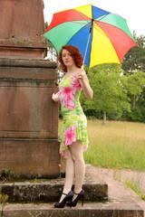 Frau im Kleid mit Regenschirm